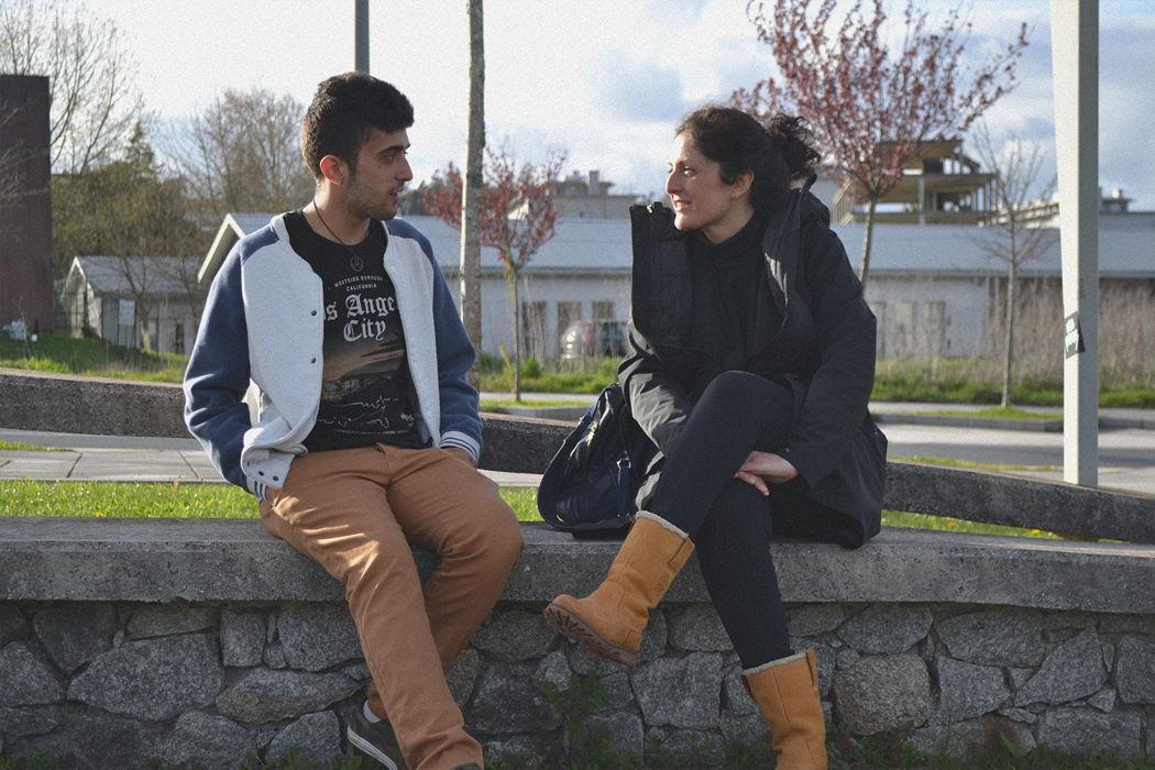 muller e mozo falando sentados nun valo
